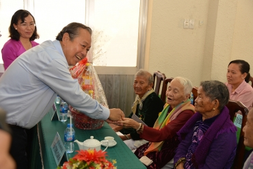 DEPUTY PRIME MINISTER'S GIFT-GIVING VISIT TO VIETNAMESE HEROIC MOTHERS OF LONG AN AND TIEN ...