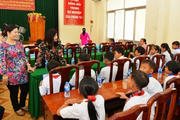 SAMCO's gift portions for Vietnamese heroic mothers and 250 bicycles for poor pupils of Long An ...